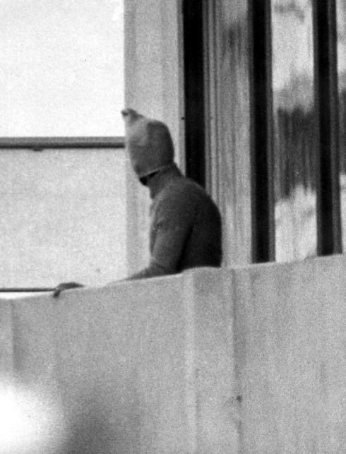 Uno de los terroristas que participó en la masacre se asoma al balcón donde permanecía la delegación israelí.
