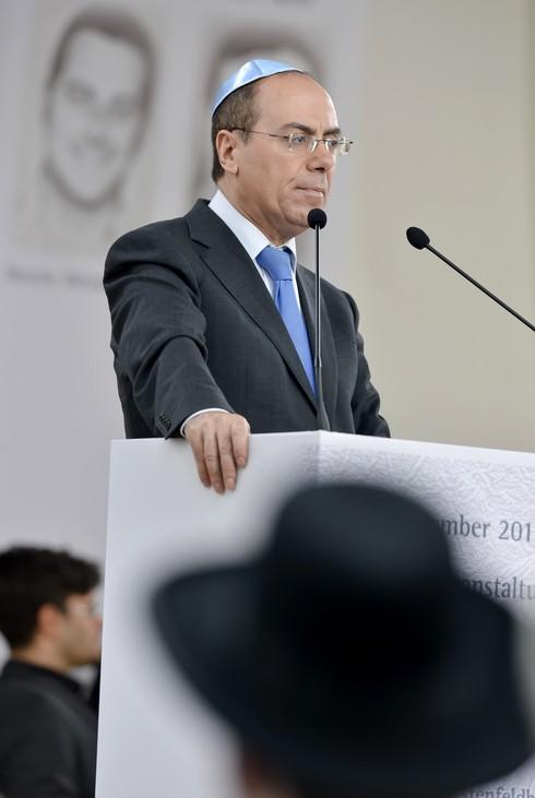El viceprimer ministro de Israel, Silvan Shalom, pronuncia un discurso durante la conmemoración del 40 aniversario de la masacre de los Juegos Olímpicos de Munich en Fuerstenfeldbruck, sur de Alemania, el 5 de septiembre de 2012.