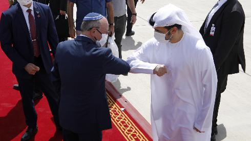 Saludo protocolar entre la delegación israelí y la emiratí durante la visita que la comitiva de Israel realizó a los Emiratos Arabes Unidos.