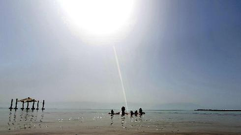 Israelíes se refrescan en el Mar Muerto durante la ola de calor.