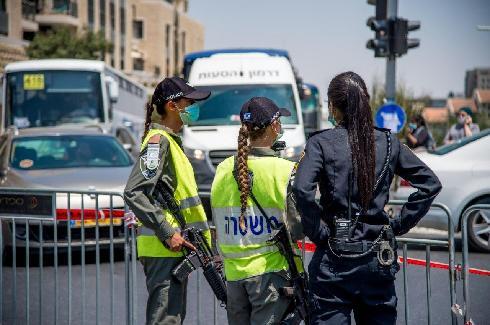La policía de Jerusalem controla el cumplimiento de los cierres establecidos.