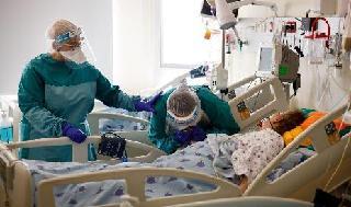 Una persona despide a un agonizante paciente con coronavirus en el hospital Ichilov de Tel Aviv.