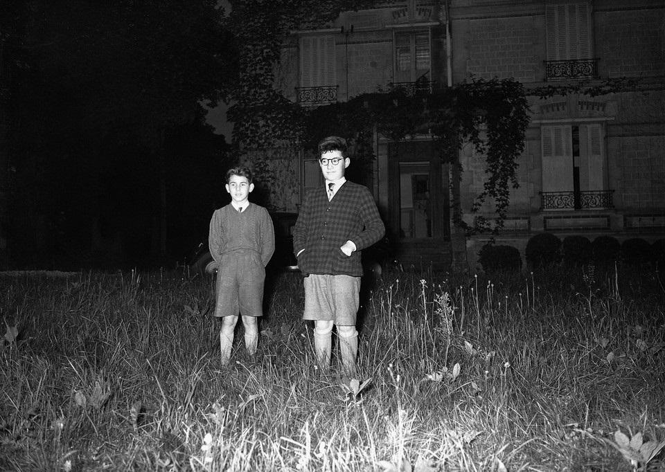 Foto fechada el 28 de junio de 1953: Gérald y Robert Finaly, de 10 y 12 años, en el pueblo de Saint-Léonard, Francia, después de llegar de España, donde habían estado escondidos.
