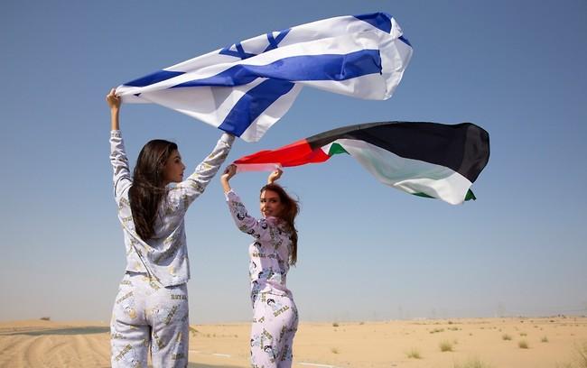 Las modelos elevan las banderas de Israel y Emiratos.