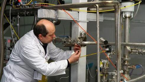 Un inspector del OIEA desarrolla sus tareas en la instalación nuclear de Natanz.