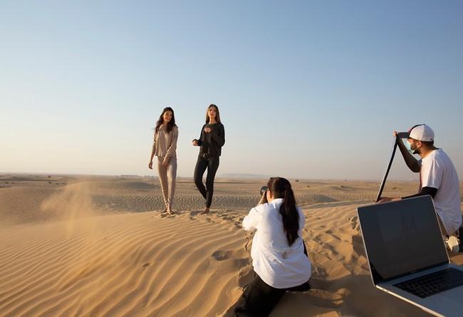 La modelo israelí y una colega posan en el desierto de Dubai.