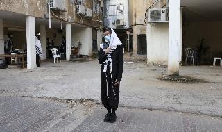 Un hombre rezando en una calle de la ciudad de Bnei Brak.