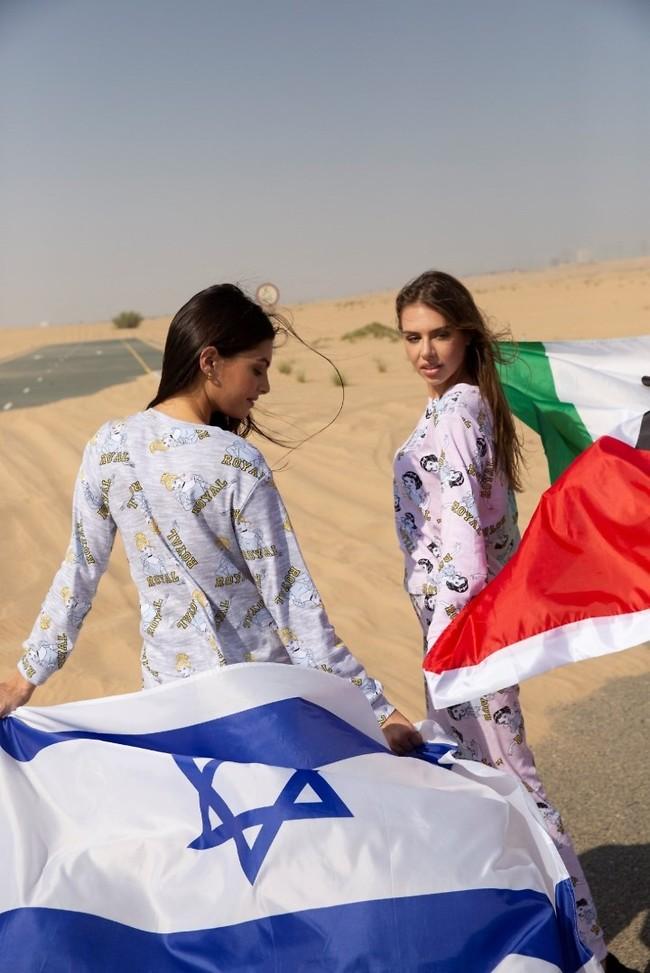 La bandera de Israel sostenida por la modelo Mai Tamar en el desierto de Dubai.
