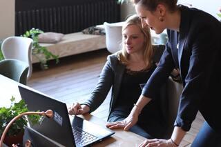 Mujeres trabajando en colaboración