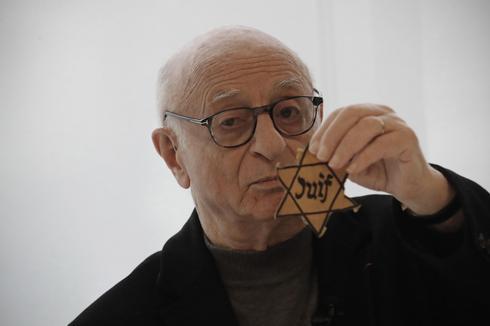 El sobreviviente del Holocausto Victor Perahia muestra la estrella amarilla que usaban los judíos en áreas ocupadas por los nazis.