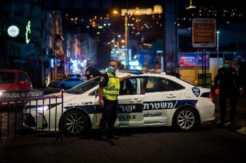 La policía haciendo cumplir el toque de queda nocturno en Nazaret.