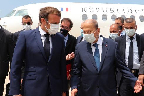 El presidente del Líbano, Michel Aoun (izq.), dio la bienvenida al presidente francés, Emmanuel Macron (der.), a su llegada al aeropuerto de Beirut, Líbano.