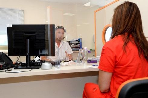 Una mujer es atendida en las oficinas del Servicio de Empleo en Holon, centro de Israel.