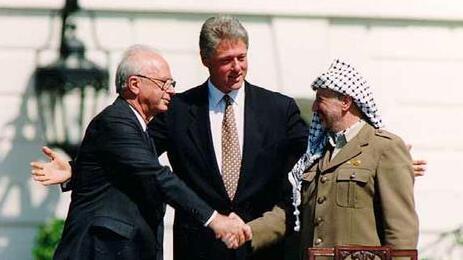 El primer ministro Yitzhak Rabin, el presidente Clintos de Estados Unidos y el líder palestino Yasser Arafat en la firma de los Acuerdos de Oslo en 1993.
