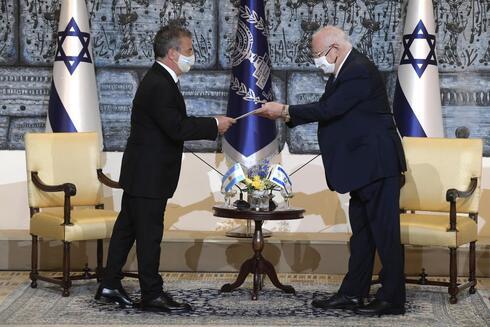 El embajador Urribarri saluda al presidente de Israel, Reuven Rivlin.
