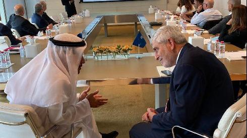 Reunión entre la delegación del Bank Hapoalim con empresarios y funcionarios emiratíes.