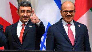 El ministro de Relaciones Exteriores de los EAU, Abdullah bin Zayed Al-Nahyan, y el ministro de Relaciones Exteriores de Bahrein, Abdullatif al-Zayani