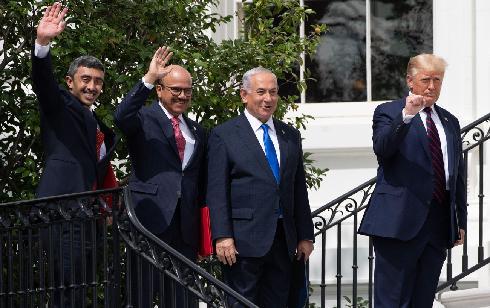 Las sonrisas de Netanyahu y los cancilleres árabes, junto al característico puño cerrado de Trump.