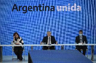 El presidente argentino, Alberto Fernández, flanqueado por los presidentes de las cámaras legislativas, Cristina Fernández y Sergio Massa.
