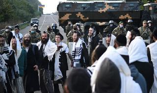 Judíos jasídicos varados en la frontera entre Bielorrusia y Ucrania.