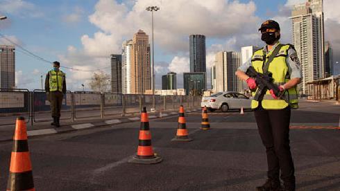 As forças de segurança operam um posto de controle em Tel Aviv durante a paralisação da Páscoa em abril.