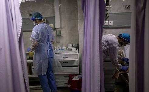 Médicos atienden a pacientes con coronavirus en el hospital Al Quds, en Gaza.