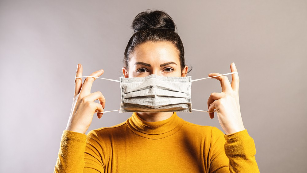 La máscara detiene un 80-90% de las particulas virales de una persona infectada.