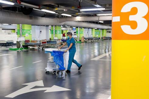 Una enfermera en el área aparcamiento del hospital Rambam.
