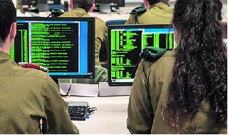 Soldados en la Unidad de Inteligencia 8200 de las FDI.