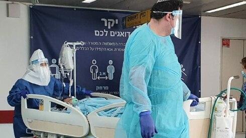 Médicos con un paciente con COVID-19 en el Hospital Ichilov en Tel Aviv.