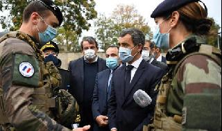 El ministro del Interior francés, Gerald Darmanin, dialoga con soldados antes de visitar una sinagoga en Boulogne-Billancourt.