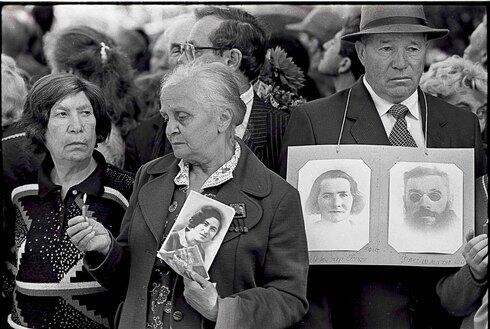 Familiares de las victimas de la masacre en un acto de recordación.