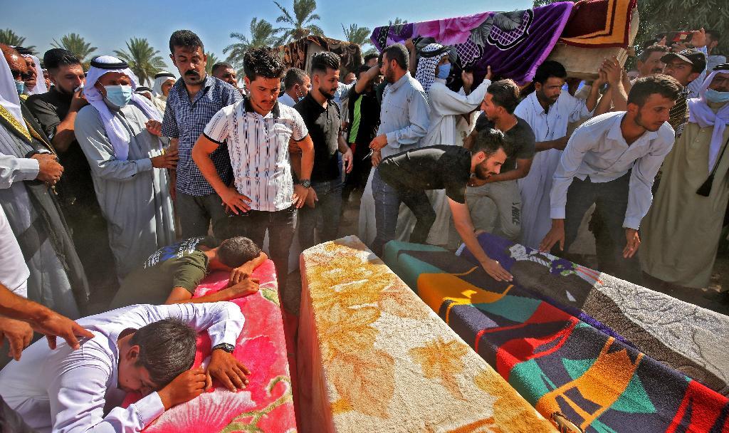 Los iraquíes lloran a la familia abatida cerca del aeropuerto de Bagdad.