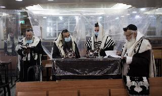 Judíos ultraortodoxos rezando en una sinagoga en el barrio Ramot de Jerusalem.