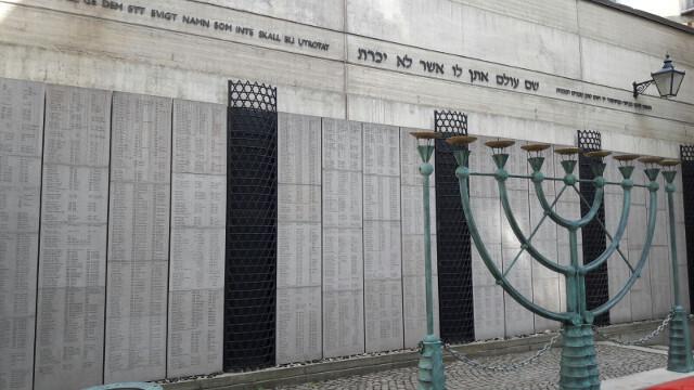 El Monumento a la Memoria de las Víctimas del Holocausto, ubicado dentro del patio de la Gran Sinagoga de Estocolmo.