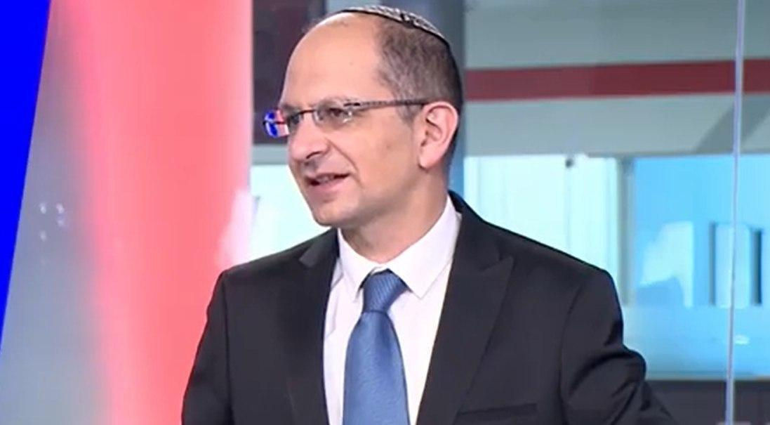 El profesor Cyrille Cohen en el estudio de Ynet.