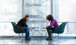 Dos mujeres trabajando en simultáneo.