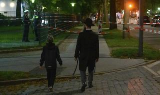 Un hombre ortodoxo camina junto su hijo a pocos metros de la sinagoga de Hamburgo, frente a la cual ocurrió el brutal ataque antisemita.