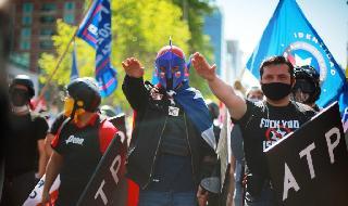 Manifestantes hacen el saludo nazi durante la manifestación en Chile.