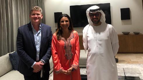 Fleur Hassan-Nahoum con el empresario emiratí, Thani Al Shirawi (derecha), y Dorian Barak, cofundador del Consejo Empresarial EAU-Israel.