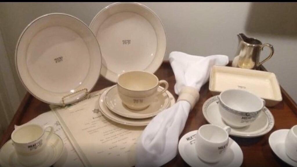 """Vajilla kosher para lácteos y cárnicos en el Barco Museo """"Queen Mary"""" en California."""