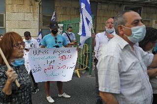 Israelíes protestan contra la internación de Saeb Erekat en su país.