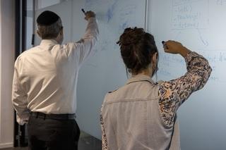 Hodaya y S en las oficinas de Rafael.
