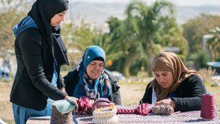 Mujeres beduinas de Israel tejen crochet en el marco del programa social iota Project.