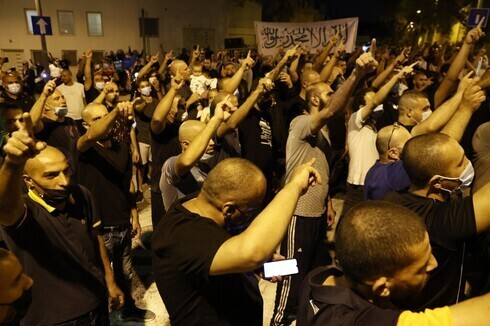 Árabes israelíes protestan frente a la embajada de Francia en Tel Aviv.