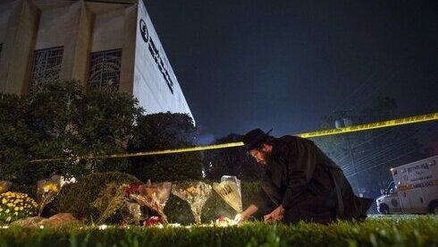 Un rabino rinde homenaje en los días posteriores al ataque.