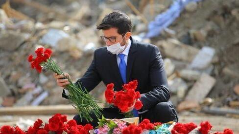 El embajador de Israel en Azerbaiyán deposita una ofrenda de flores en homenaje a las víctimas civiles azeríes del conflicto armado con Armenia.