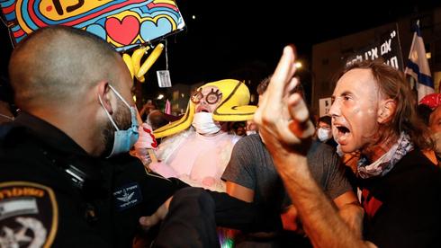 Enfrentamientos entre personas que se manifiestan contra el cierre general y policías en Tel Aviv.