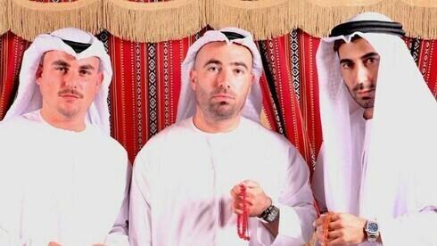 Omer Adam (centro arriba), estrella pop israelí, de visita en Dubai.