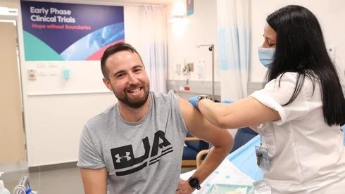 Sagab Harel, o primeiro voluntário a receber a vacina, no Hospital Sheba.